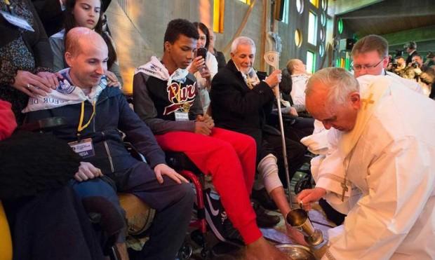 Papa-Francesco-una-carezza-della-sofferenza-agli-ultimi-della-fila_articleimage