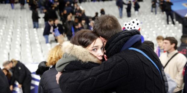 Tifosi allo Stade de France, Parigi, 13 novembre 2015. (AP Photo/Christophe Ena)