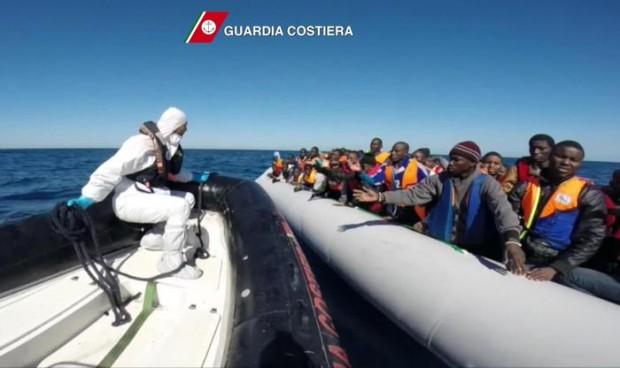 Il fermo immagine tratto da un video della Guardia Costiera mostra le operazioni di soccorso a migranti al largo delle coste libiche. ANSA/GUARDIA COSTIERA